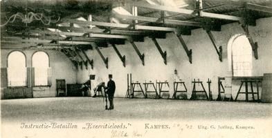 F002896 Exercitieloods van het Intructie-bataljon in de J.B. van Heutszkazerne aan de Buitennieuwstraat.