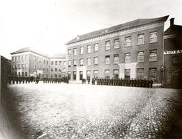 F003130 Militairen staan opgesteld op het plein voor de Generaal J.B. van Heutszkazerne aan de Oudestraat.