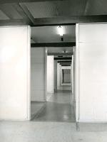 F004447 Interieur met diverse ruimten die verbonden zijn met wanden in de J.B. van Heutszkazerne aan de Oudestraat.