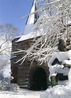 F012768 Winter in het plantsoen, de Cellebroederspoort en de paljas in de sneeuw. De poort wordt officieel genoemd na ...