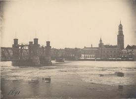 F000112 De IJsselbrug en IJsselkade en een bijna geheel dichtgevroren IJssel tijdens de winter van 1891.