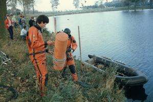F012858 Opsporing explosieven in Blazerkolk nabij splitsing Venedijk Noord/Slaper door duikers van de opruimingsdienst ...