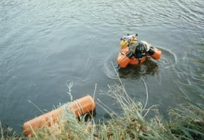 F012860 Opsporing explosieven in Blazerkolk nabij splitsing Venedijk Noord/Slaper door duikers van de opruimingsdienst ...
