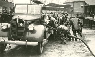 F010700 Brandweeroefening aan de Trekvaart nabij het NS station.De auto, merk Ford, opgebouwd door Fa. Felix en Fa. P. ...