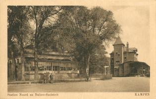 F002105 De oude Buitensociëteit en het station, Het nieuwe stationsgebouw werd op 9 juli 1912 in gebruik genomen. ...