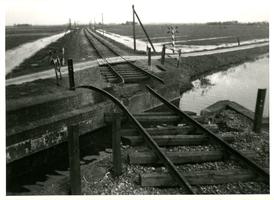 F008745 Een nacht voor de bevrijding bliezen de Duitsers op enkele plaatsen de spoorlijn Kampen-Zwolle op. Hier bij de ...