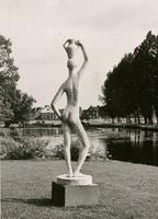 F002821 Eén van de beelden die tijdens de beeldende kunsttentoonstelling in het plantsoen te zien waren, op de ...