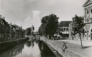 F010004 De Burgwal (links) en de Vloeddijk (rechts) ter hoogte van het theater de Stadsgehoorzaal, nog voor de ...