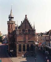 F013267 De noordgevel van het Oude Raadhuis, links de Voorstraat, rechts de Oudestraat. Oorspronkelijk heette de ...