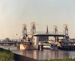 F013270 Een bekend beeld in Kampen, de brug is weer op!.