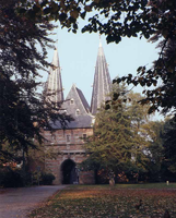 F013266 De Cellebroederspoort aan de Plantsoenzijde. Rechts van de weg het stadbeeld De Paljas uit 1956, gemaakt de de ...