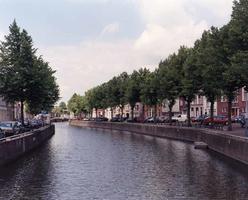 F013264 Stadsgracht de Burgel, het gedeelte tussen de Meeuwenbrug en de Kalverhekkenbrug.