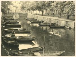 F002722 Tussen het Oorgat en de Zwanebrug zien we de vispunters in de Burgel, de oorspronkelijke beveiligingsgracht ...