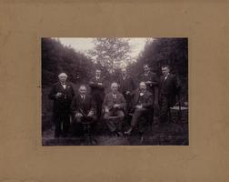 F013185 Groepsfoto van een aantal mannen, de man links op de foto (met pijltje) is Bernardus Hulsman, overl. 1948. ...