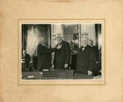 F013188 Benoeming in 1933 van Mr. Dr. L.K. Okma als burgemeester van Kampen (1933-1936). V. l.n.r. N.N., burgemeester ...