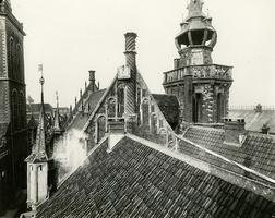 F001329 Overzicht over de daken van het Oude Raadhuis, Schepentoren en het aangrenzende Gemeentehuis, het dak met de ...