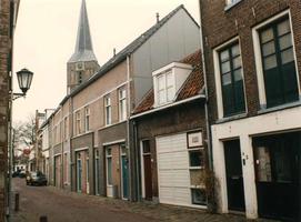 F013294 Bovenhofstraat in Kampen, nummers 3 enz. Met op de achtergrond de toren van de St. Nicolaas- of Bovenkerk.
