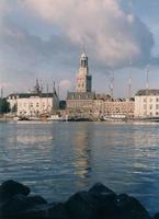 F013209 Zeilschepen van de bruine vloot, afgemeerd aan de Kamper IJsselkade. Met op op de achtergrond gebouwen aan de ...