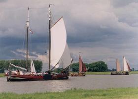 F013212 Zeilschepen van de bruine vloot varen op de IJssel. Hier met witte en bruine zeilen. Vroeger waren ze ...
