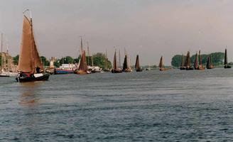 F013217 Jaarlijks wordt op de 4e zaterdag in juni de Oostwalbotterwedstrijd gehouden. .