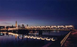 F013220 De verlichte oude Stadsbrug van Kampen, vanaf de IJsselmuider oever. Met op de achtergrond het rivierfront van ...