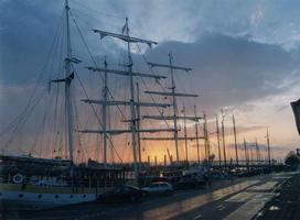 F013221 Door de masten heen van de schepen van de bruine vloot, die in Kampen zijn thuishaven heeft, is men getuige van ...