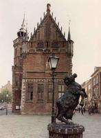 F013223 De noordzijde van het Oude Raadhuis aan het Raadhuisplein met het beeld van De Kamper Koe van de kunstenaar ...