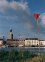 F013225 De Nieuwe Toren en het Postkantoor achter een aantal zeilschepen van de bruine vloot die afgemeerd liggen aan ...