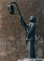 F013228 De Lantaarndrager (1982) t.g.v. het 70 jarig bestaan van de Kamper Oranje Vereniging, dit bronzen beeld is ...