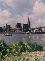 F013234 Een zomerse blik op het stadsfront met de Koornmarktspoort en de Sint Nicolaas- of Bovenkerk.