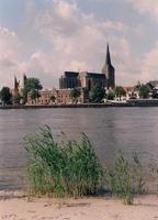 F013235 Een zomerse blik op een deel van het stadsfront voor de Koornmarktspoort de Sint Nicolaas- of Bovenkerk.