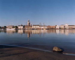 F013247 Het stadsfront benedenstrooms, de zeilboten van de bruine vloot liggen afgemeerd aan de IJsselkade. Met ...