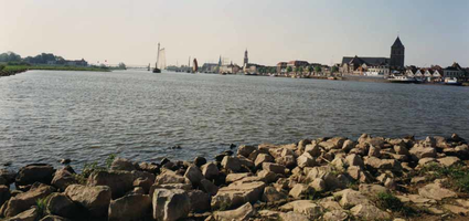 F013248 De stad Kampen aan de IJssel, gezien vanaf één van de strekdammen in de IJssel. Recht de Buitenkerk en dan ...