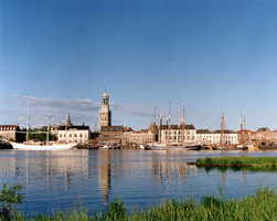 F013207 Een deel van het Kamper rivierfront, benedenstrooms met op de achtergrond de markante Nieuwe Toren en de ...