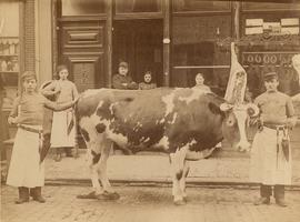 F001896 Personeel voor de slagerij van Berentsen aan de Oudestraat nr. 166, het pand was tot voor kort in gebruik door ...