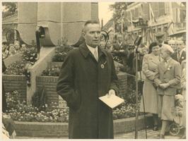 F002747 Burgemeester H.M. Oldenhof tijdens zijn toespraak ter gelegenheid van de onthulling van de gedenkzuil op de ...