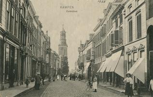 F001258 De fotograaf staat in de Oudestraat ter hoogte van de Morrensteeg kijkend naar de Nieuwe Toren.