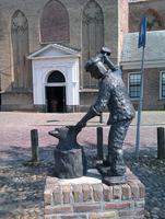 F013320 De Hoefsmid (1987) op het Muntplein. Schenking van architectenbureau Klaas van den Berg aan de gemeente Kampen ...