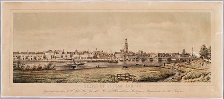 K001073 'Gezigt op de stad Kampen'. Kampen gezien van de oostelijke IJsseloever. Opgedragen aan Jhr. mr. Wttewaall van ...