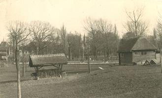 F000139-2 Voederbak en nachtopvang voor de herten en andere dieren in het Hertenkamp, geopend op 13 jaunuari 1956.
