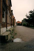 F013321 Woonhuizen aan de Voorstraat, bij de hoek Kamperzeedijk in Grafhorst.