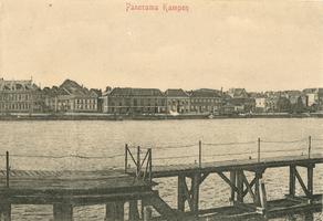 F000001 Gezicht op Kampen en de IJsselkade, de aanlegsteiger op de voorgrond was voor schepen die niet aan de ...