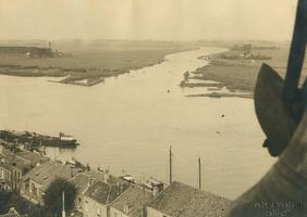 F000009 De IJssel en de aftakking van het Ganzendiep , gezien vanaf de Nieuwe Toren. Op deze afbeelding is er nog geen ...