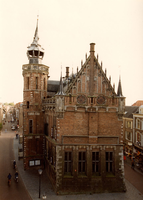 F013325 Centraal op deze foto de noordgevel van het Oude Raadhuis, links de Voorstraat. Oorspronkelijk heette deze ...