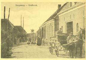 F010073 Grafhorst, Dorpsweg/Voorstraat omstreeks 1910. Op de voorgrond paard en wagen van graanhandel A.J. van Asselt en Zn.