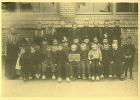 F010077 Schoolfoto uit Grafhorst, de onderwijzeres is waarschijnlijk Mej. M.G.H. Biekart uit Kampen, ze werd in 1923 ...