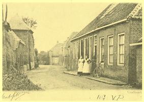 F012092 Grafhorst, de Voorstraat ± 1900, op deze kaart Dorpsweg genoemd, met de kruidenierswinkel van G. van Asselt, ...