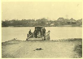 F012094 Grafhorster Veer rond 1900 gezien vanaf het Kamper-eiland. Naast het dokterkoetsje veerbaas Bestevaer , dit ...