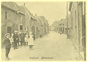 F012095 Jong en oud poseren in de toen nog rustige Achterstraat in Grafhorst.