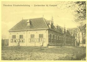 F008614 De Theodora Elisabethstichting, gebouwd op de Paalkamp (voormalige executieplaats). Dit tehuis voor oude mannen ...